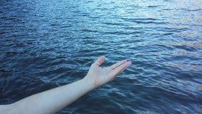 Mão amiga no mar Fotos de Stock Royalty Free