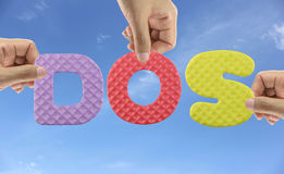 A mão arranja o DOS do alfabeto do sistema operacional do disco do acrônimo Imagens de Stock Royalty Free