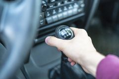 Mão ascendente próxima do motorista que guarda a vara manual f do trasmission do carro imagem de stock royalty free