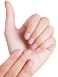 Mão asiática da mulher da beleza que mostra seu prego Foto de Stock