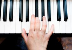 Mão asiática do ` s da mulher que joga o piano fotografia de stock royalty free