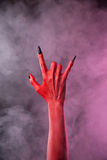 Mão assustador do diabo que mostra o gesto do metal pesado Fotos de Stock Royalty Free