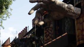 A mão assustador grande com a aranha filme
