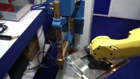 Mão automática do robô no processo da soldadura de ponto