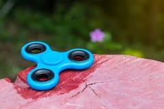 Mão azul do girador no coto imagens de stock
