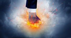 A mão bate intenso e faz o fogo imagens de stock royalty free