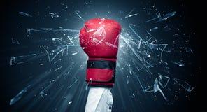 A mão bate intenso e quebra vidros imagem de stock royalty free