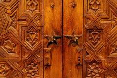 Mão bonita porta de madeira cinzelada em Marrocos fotos de stock royalty free