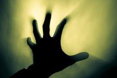 Mão borrada no fumo em um fogo na luz áspera do sol imagens de stock