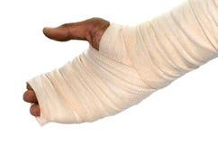Mão branca de ferimento da atadura da medicina no fundo branco Foto de Stock Royalty Free