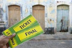 Mão brasileira que guarda bilhetes finais na rua imagens de stock royalty free