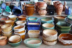 A mão cerâmica crafted potenciômetros de flor fotografia de stock royalty free