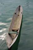 A mão cinzela a canoa imagem de stock
