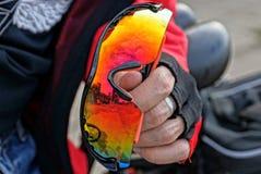 A mão coberta guarda vidros coloridos do esporte imagem de stock
