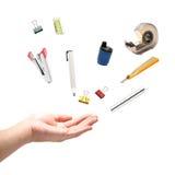 Mão com as ferramentas do escritório, isoladas no branco. Fotografia de Stock Royalty Free