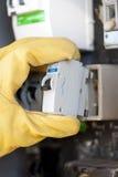 Eletricista com o fusível elétrico na placa de interruptor fotografia de stock