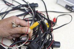 Mão com cabos audio fotografia de stock