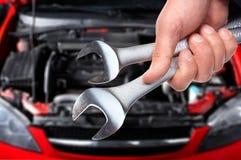 Mão com chave. Auto mecânico. Fotos de Stock Royalty Free