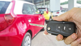 Mão com chave do carro imagem de stock royalty free