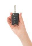 Mão com chave do carro isolada imagens de stock royalty free