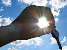 Mão com chaves com felicidade nos feixes do sol Foto de Stock Royalty Free