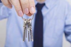 Mão com chaves e homem de negócios foto de stock royalty free