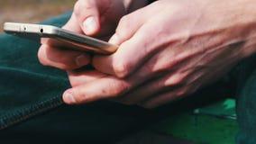 Mão com close up do telefone filme