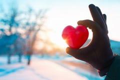 Mão com coração no fundo do inverno Fotografia de Stock