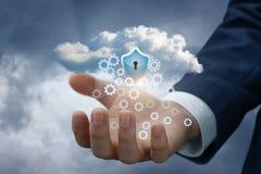 Mão com dados da nuvem e o protetor da proteção fotos de stock royalty free