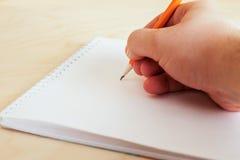 Mão com desenho de lápis Fotos de Stock Royalty Free
