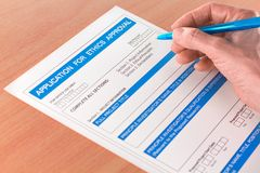 Mão com escrita da pena na aprovaçã0 Applicati das éticas fotos de stock royalty free
