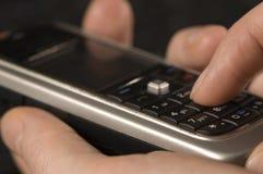 Mão com fim do telemóvel acima Foto de Stock Royalty Free