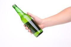 Mão com a garrafa de cerveja isolada Imagens de Stock