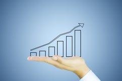 Mão com gráfico de negócio imagens de stock royalty free