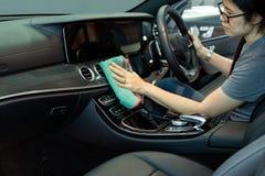 Mão com interior do carro da limpeza de pano do microfiber imagem de stock royalty free