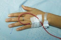 Mão com intravenous salino Imagens de Stock Royalty Free