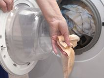 Mão com lavanderia imagem de stock