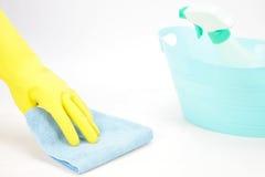 Mão com a luva de borracha que limpa com um pano Fotografia de Stock Royalty Free