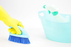 Mão com luva usando a escova de limpeza para limpar o assoalho Imagem de Stock Royalty Free