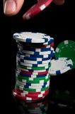 Mão com microplaquetas de póquer Fotografia de Stock