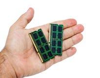 Mão com modues da memória do portátil Foto de Stock Royalty Free