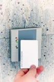 Mão com o acesso do cartão foto de stock