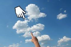 Mão com o cursor no céu imagens de stock royalty free