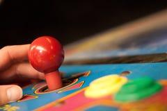Mão com o manche do jogo video Fotografia de Stock