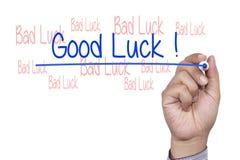 Mão com o marcador que escreve a boa sorte Foto de Stock