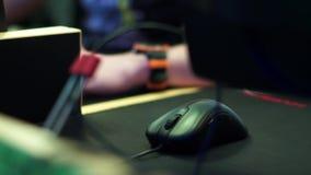 Mão com o rato do computador video estoque