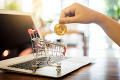 Mão com o symbo cripto do investimento da moeda de Bitcoin do metal dourado imagens de stock