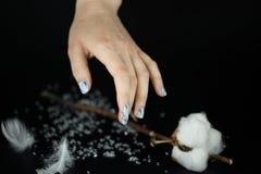 Mão com os pregos bonitos no fundo preto Imagem de Stock Royalty Free