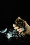 Mão com os pregos bonitos no fundo preto Foto de Stock