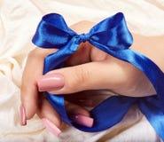 Mão com os pregos manicured artificiais longos coloridos com verniz para as unhas cor-de-rosa fotos de stock royalty free